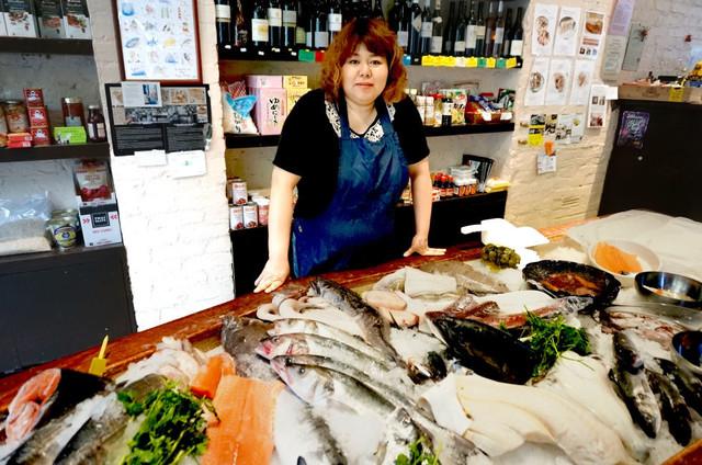 ベルトン由香さんがロンドンの鮮魚店で大人気!?移住や旦那とのきっかけや子供は?【セブンルール】